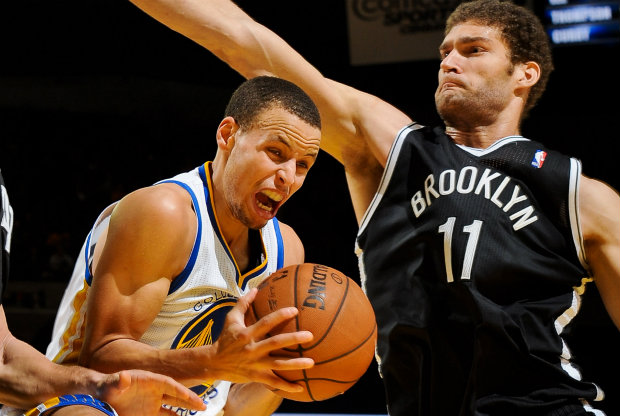 Brook Lopez y Stephen Curry./ Getty Images