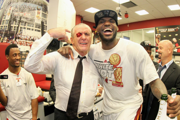 LeBron James y Pat Riley./ Getty Images