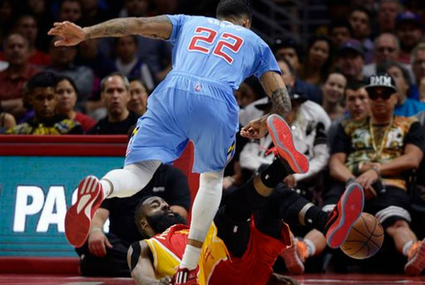 Matt Barnes placa a James Harden