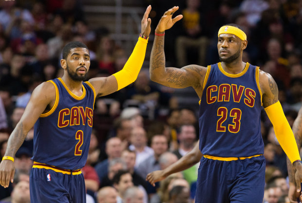 LeBron James y Kyrie Irving conectan para un alley-oop