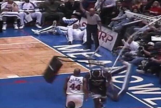 Shaquille O'Neal destroza una canasta