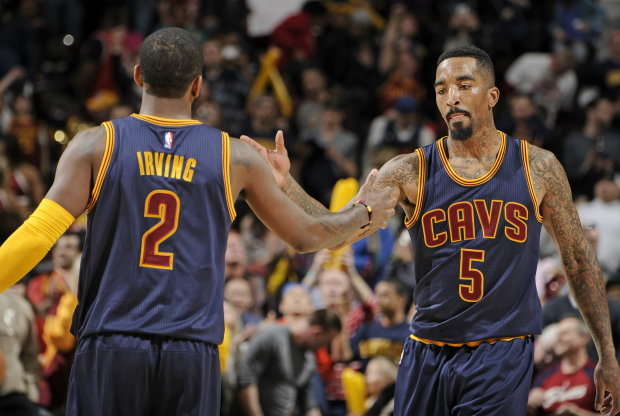 Kyrie Irving y J.R. Smith./ Getty Images