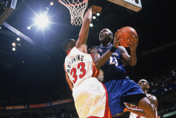 Michael Jordan y Alonzo Mourning./ Getty Images
