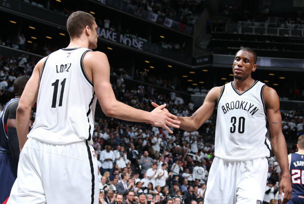 Brook Lopez y Thaddeus Young./ Getty Images