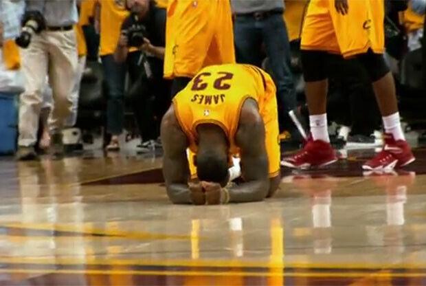 LeBron James se duele de la espalda