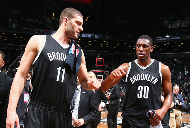 Brook Lopez y Thaddeus Young / Getty Images