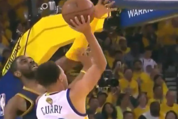 Kyrie Irving tapona a Stephen Curry