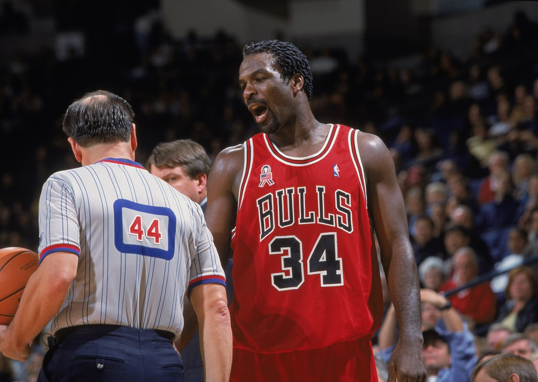 Charles Oakley argues with Ron Olesiak
