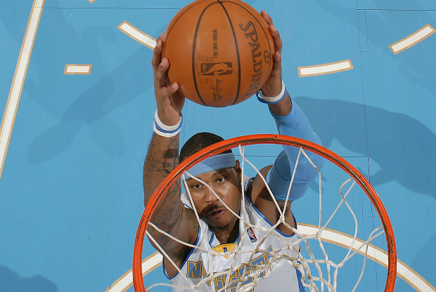 Carmelo Anthony se cuelga del aro.