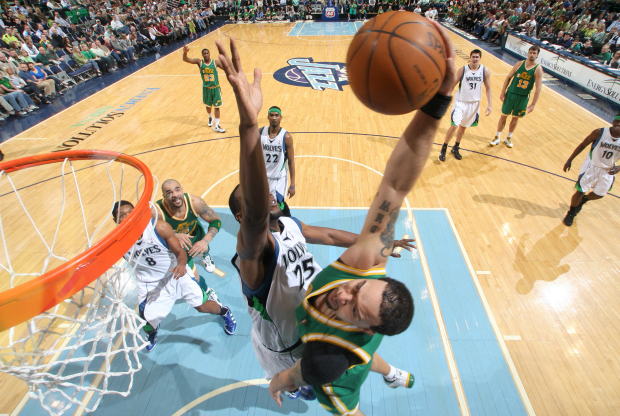 Deron Williams se cuelga del aro.