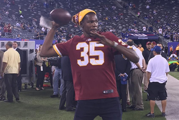 Kevin Durant con la camiseta de Washington Redskins