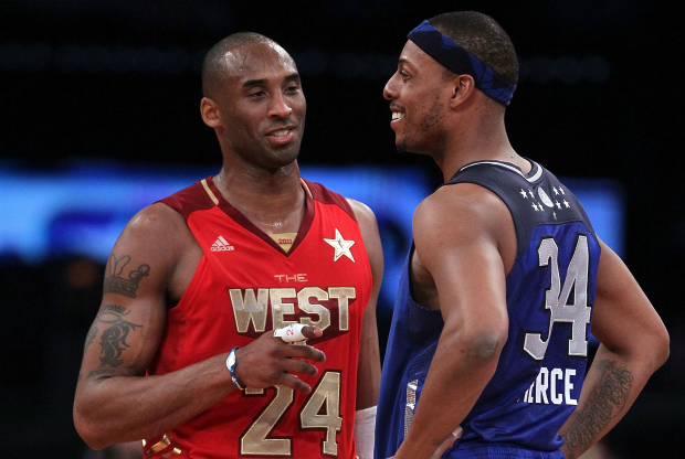 Kobe Bryant y Paul Pierce conversan en la cancha