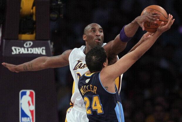 Kobe Bryant tapona a su rival.