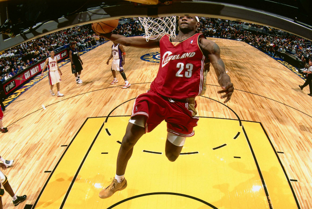 LeBron James machacando en el all-star de 2004