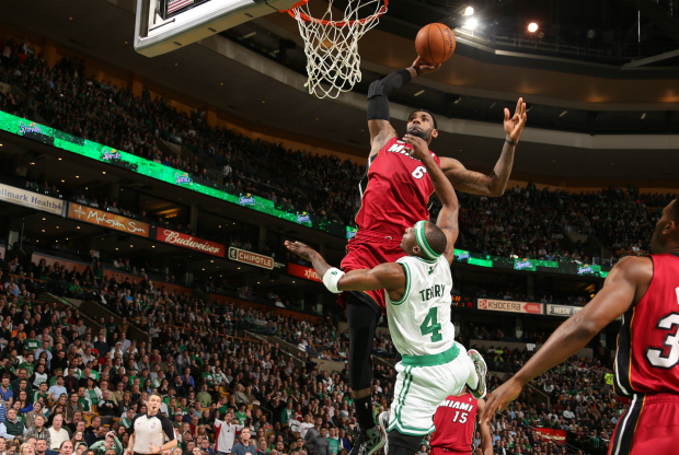LeBron James machaca por encima de Jason Terry