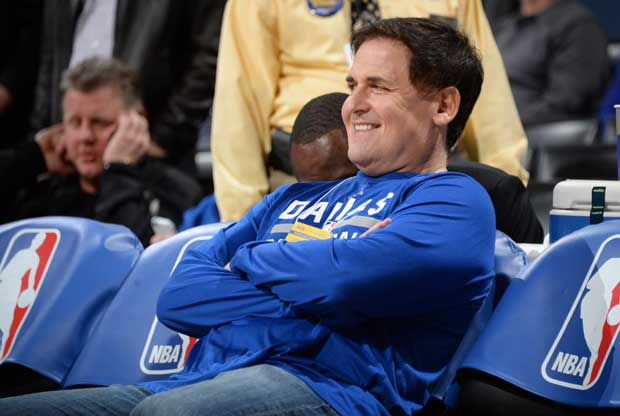 Mark Cuban viendo un partido nba