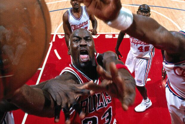 Michael Jordan entra a canasta