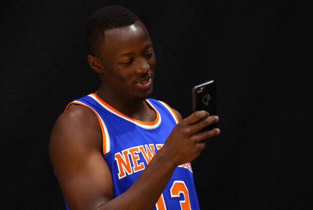 Jugador NBA con un teléfono móvil
