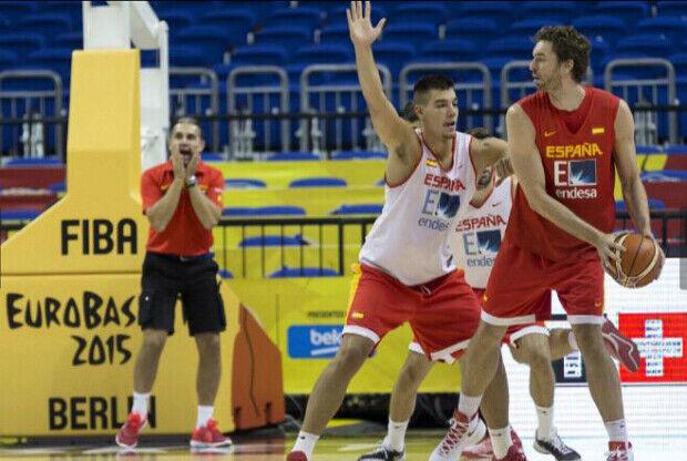Pau Gasol y Willy Hernangomez entrenando con la selección española