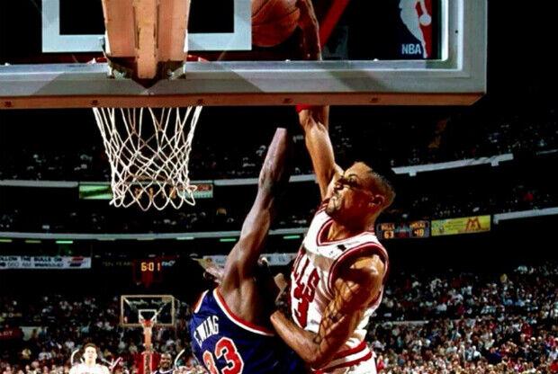 Scottie Pippen machaca sobre Patrick Ewing