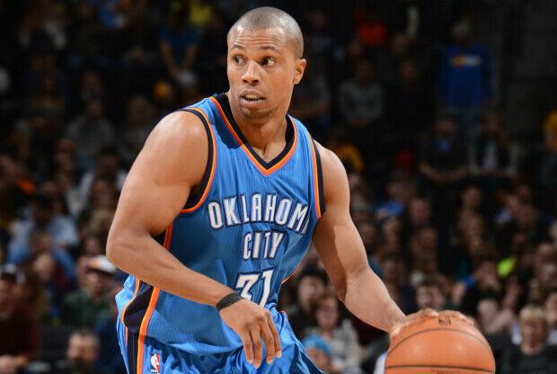 Sebastian Telfair jugando con Oklahoma City Thunder.