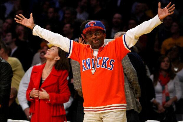 Spike Lee viendo un partido de New York Knicks