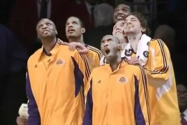 El banquillo de Los Angeles Lakers celebra un tapón