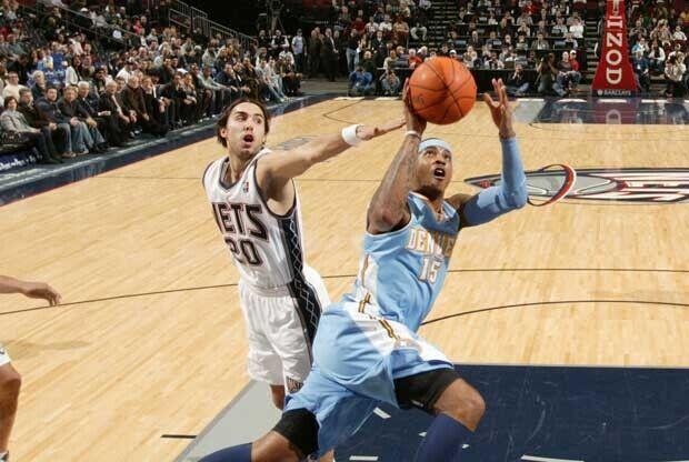 Carmelo Anthony y Sasha Vujacic en un Denver Nuggets contra New Jersey Nets