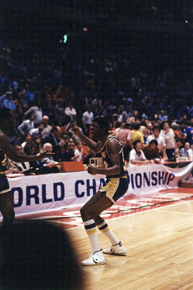 Magic Johnson celebra el título