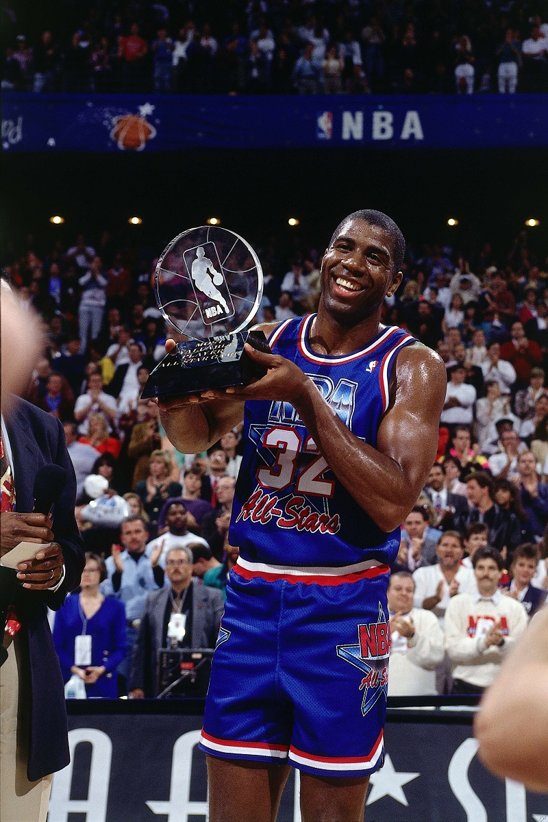 Magic Johnson con el premio de MVP
