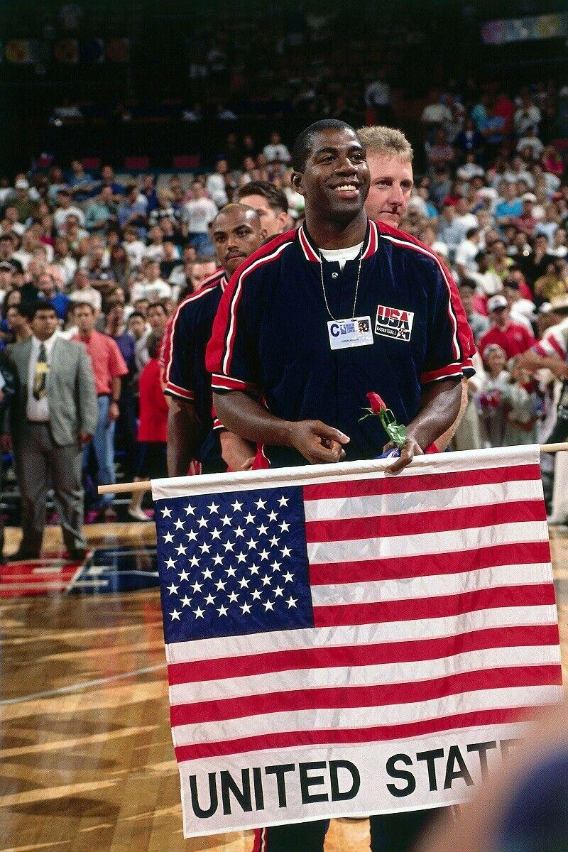 Magic Johnson con la bandera de Estados Unidos
