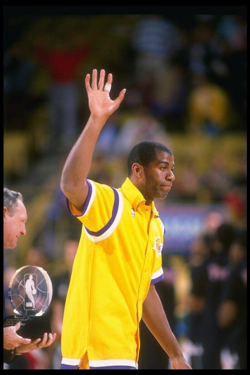 Magic Johnson saluda a los fans