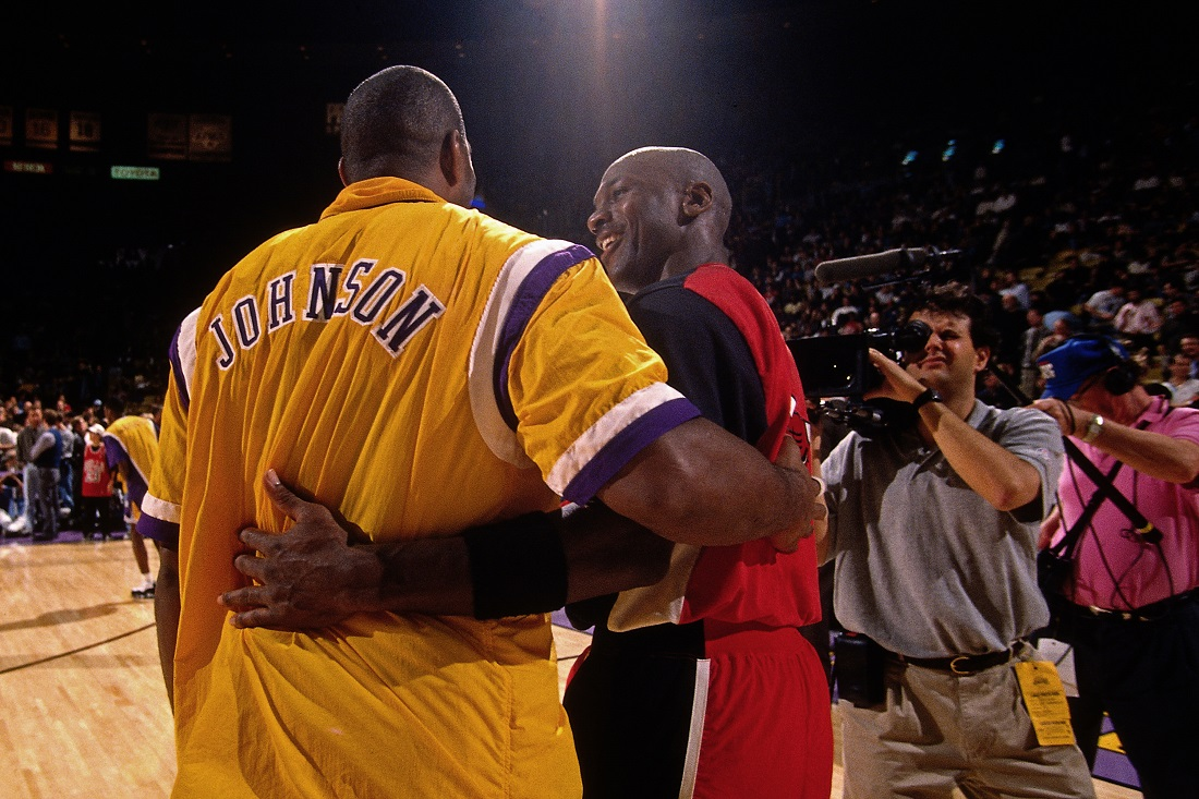 Magic Johnson saluda a Michael Jordan