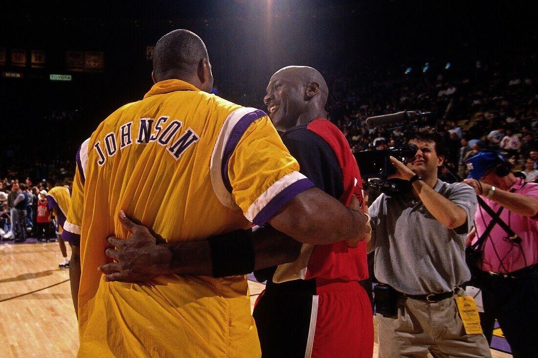 Magic Johnson saluda a Michael Jordan