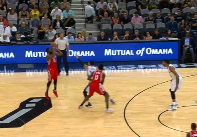 James Harden lanza un triple