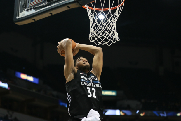 Karl-Anthony Towns machaca el aro
