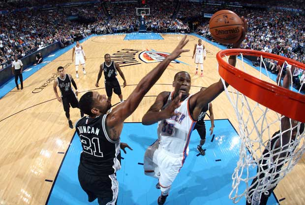 Kevin Durant anota ante Tim Duncan
