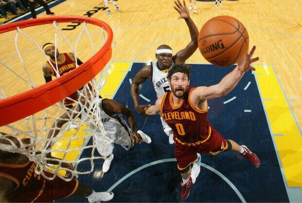 Kevin Love lucha por un rebote en la victoria de Cleveland Cavaliers sobre Memphis Grizzlies