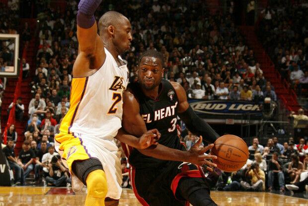 Kobe Bryant defiende a Dwyane Wade