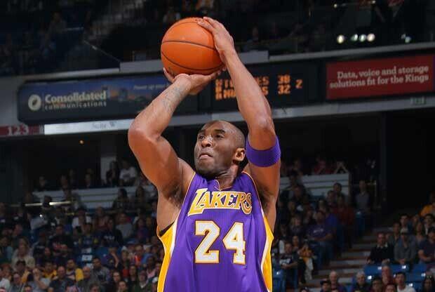 Kobe Bryant lanza a canasta