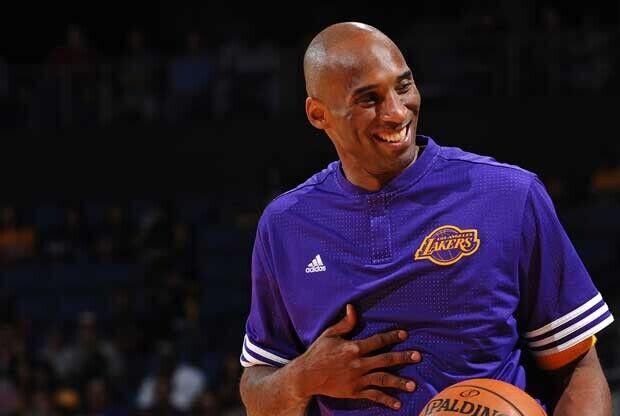 Kobe Bryant riéndose en un calentamiento