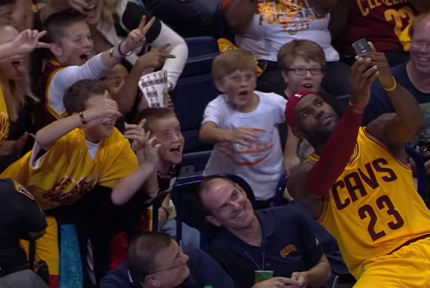 LeBron James se hace un selfie con unos niños