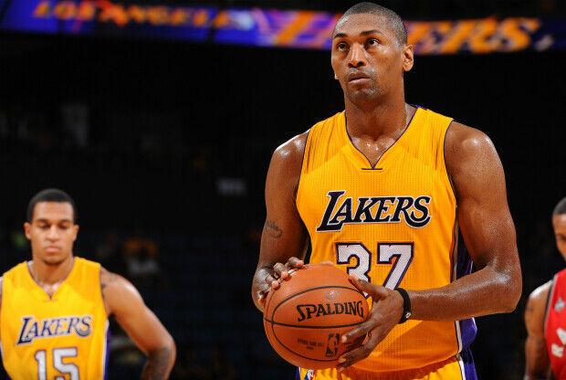 Metta World Peace con la camiseta de Los Angeles Lakers