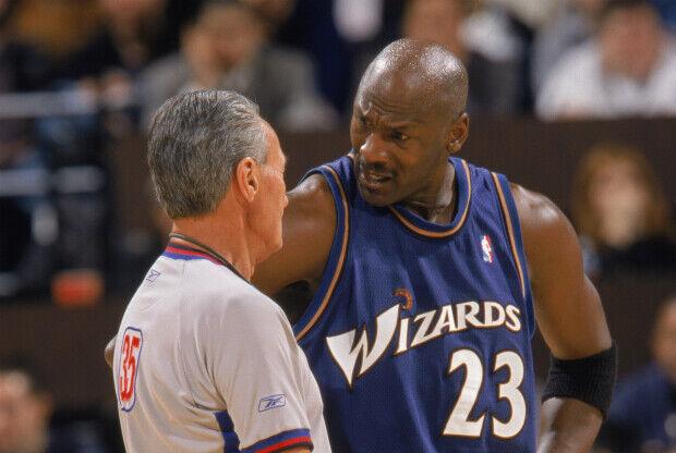 Michael Jordan habla con un árbitro