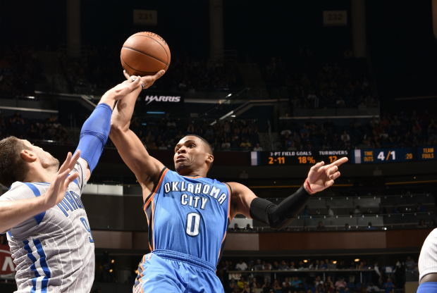 Russell Westbrook lanza a canasta
