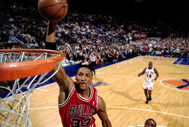 Scottie Pippen se cuelga del aro