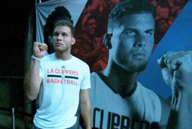Blake Griffin posando con una imagen suya en el Staples Center