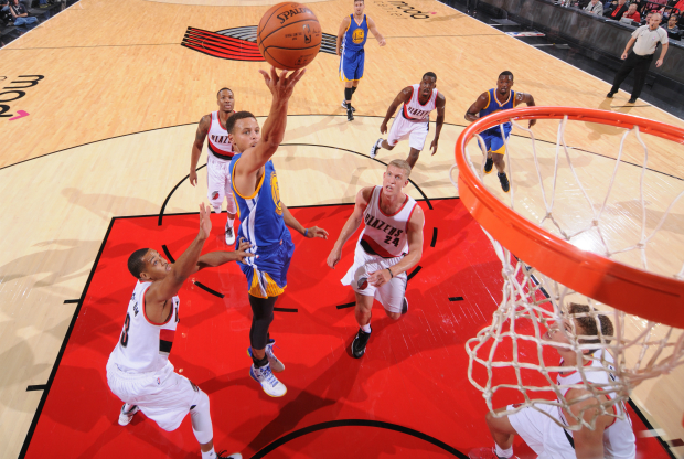 Stephen Curry entra a canasta