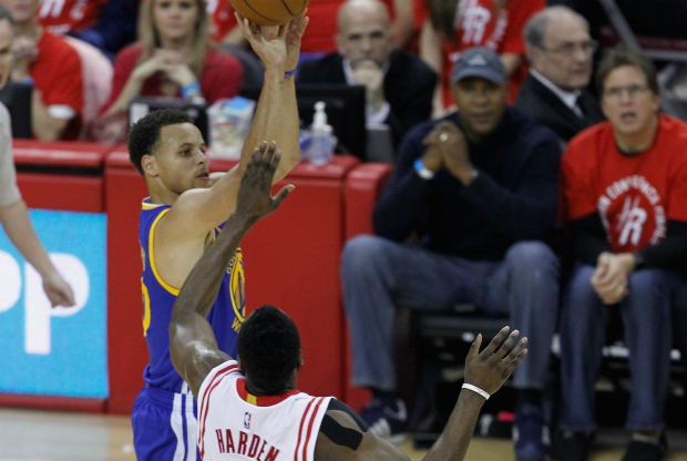 Stephen Curry lanza sobre James Harden