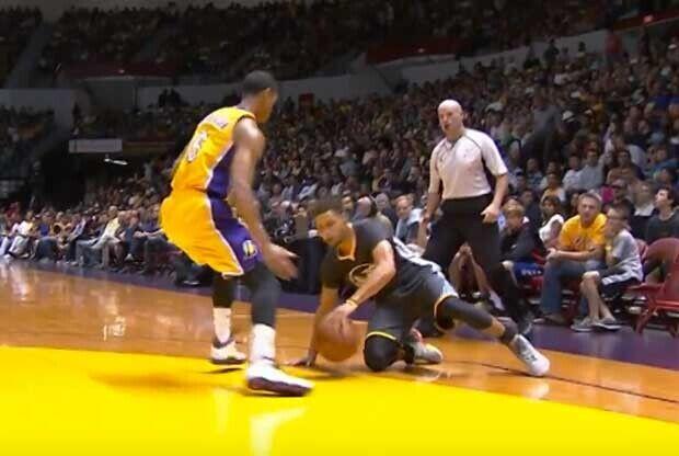 Stephen Curry anota un triple tras resbalarse